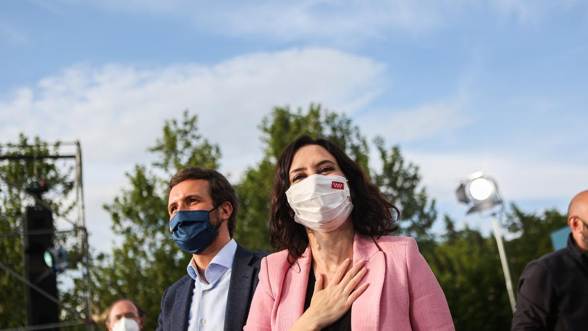 Isabel Díaz Ayuso y Pablo Casado en el mitin final de la campaña.