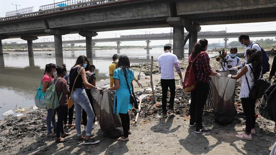 """Miles de indios intentan cumplir el """"sueño de Gandhi"""" de una """"India limpia"""""""