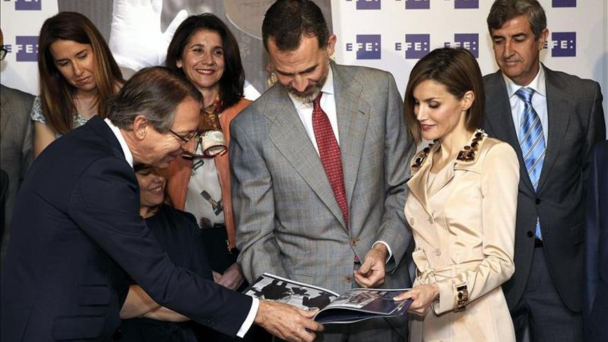 """La Agencia EFE entrega a los Reyes  un libro con su vida en """"100 imágenes"""""""