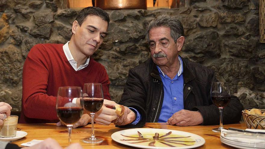 Sánchez y Revilla en una visita del líder socialista a Cantabria.   ARCHIVO/EFE