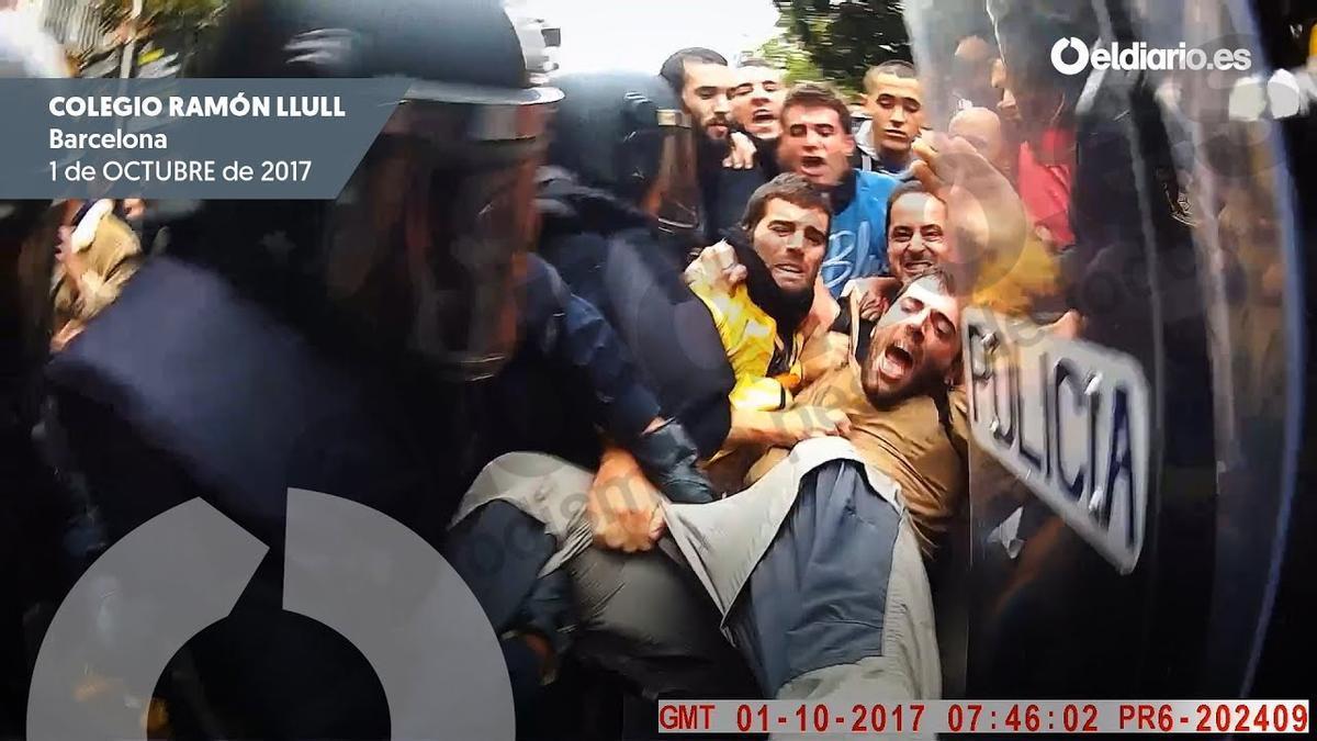 Intervención policial en el colegio Ramon Llull de Barcelona, grabada por la propia Policía