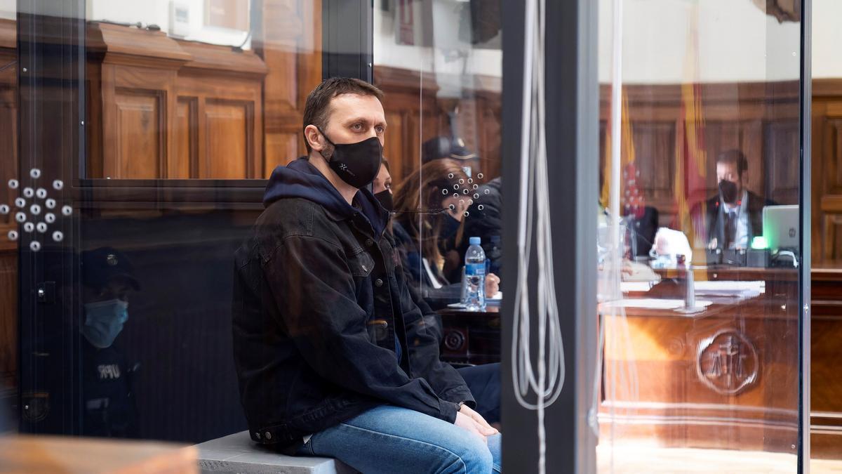El serbio Norbert Feher (c), más conocido como Igor el Ruso, asiste desde una cabina de seguridad a una nueva sesión de su juicio. EFE/Antonio Garcia