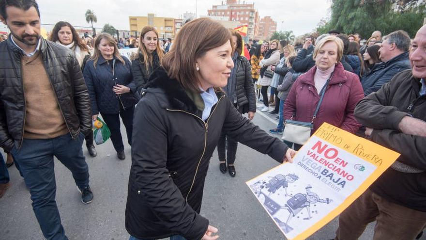 La líder del PP valenciano, Isabel Bonig, en la concentración convocada por 'Hablemos Español' con un cartel en el que se puede leer 'No en valenciano'.