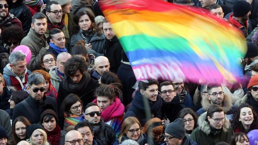 Decenas de personas asisten a 'Despierta Italia' el Flash Mob en contra de la discriminación de las personas LGBT (Lesbianas, Gays, Bisexuales y Transexuales) en Piazza dell Scala, en Milán, Italia.