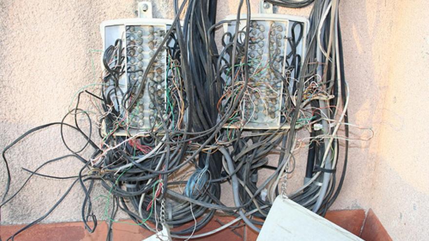 Una caja de terminales telefónicos algo caótica (Foto: Alex Milla   Flickr)