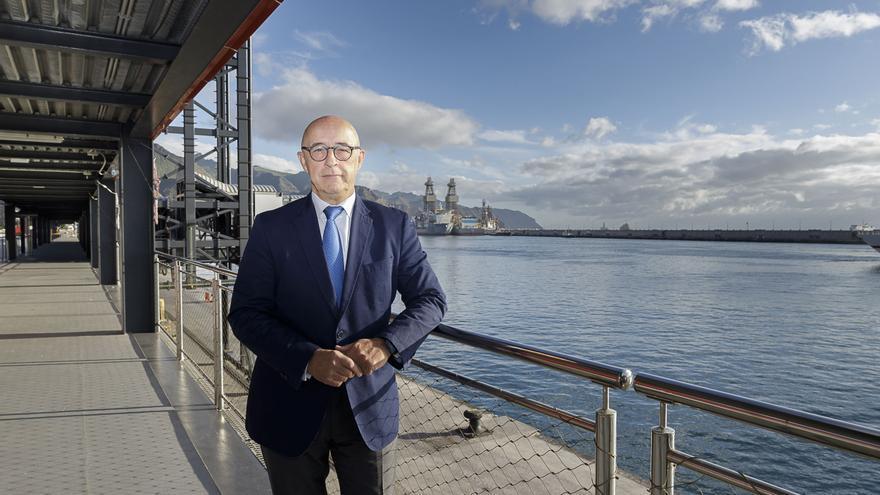 Pedro Suárez, presidente de la Autoridad Portuaria tinerfeña, en el muelle de Ribera