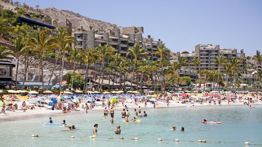 Playa junto a un establecimiento hotelero en el sur de Gran Canaria