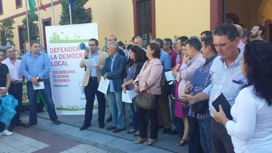 Unas 200 personas protestan ante Diputación, convocadas por IU, contra la reforma local