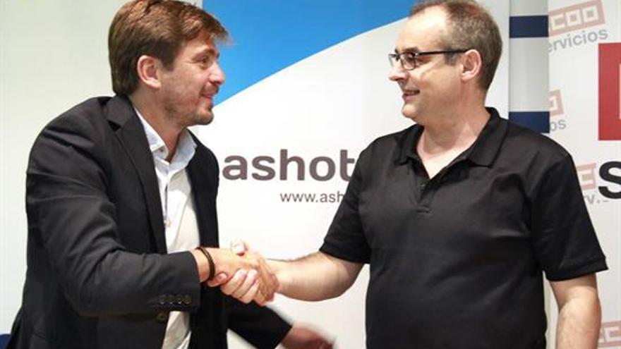 Jorge Marichal (Ashotel) y José María Martínez (CCOO) firman el nuevo convenio de hostelería / Cristóbal García, EFE
