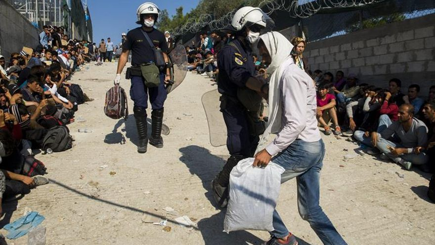 Diez heridos en choques entre refugiados en el campo de Moria en Lesbos