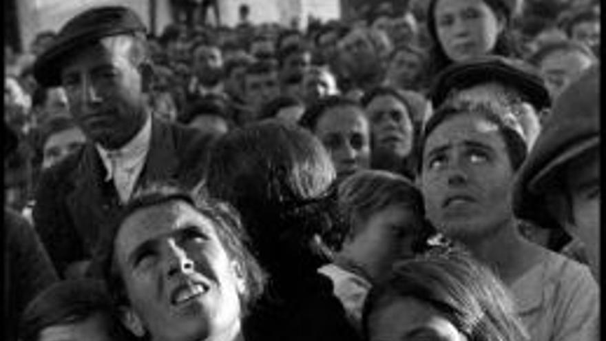 """""""Amamantando a su hijo"""" David Seymour Extremadura República 1936 Don Benito"""