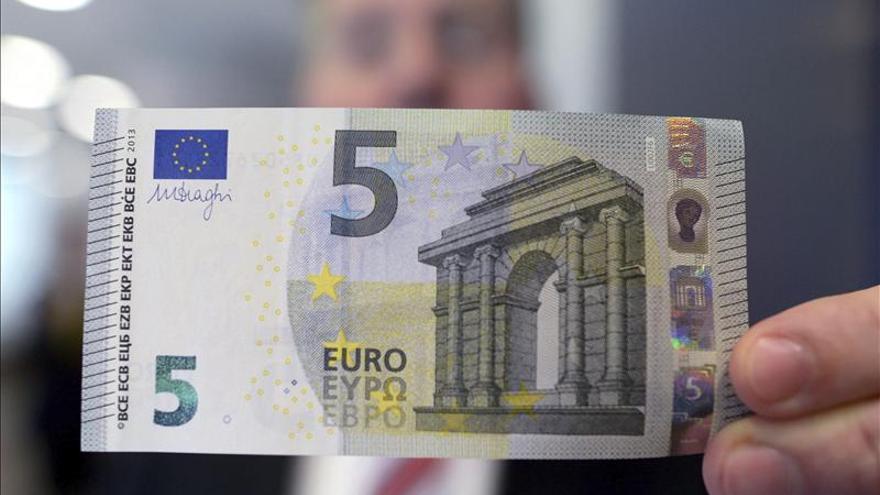 Los bancos de la zona del euro emiten los nuevos billetes de 5 euros