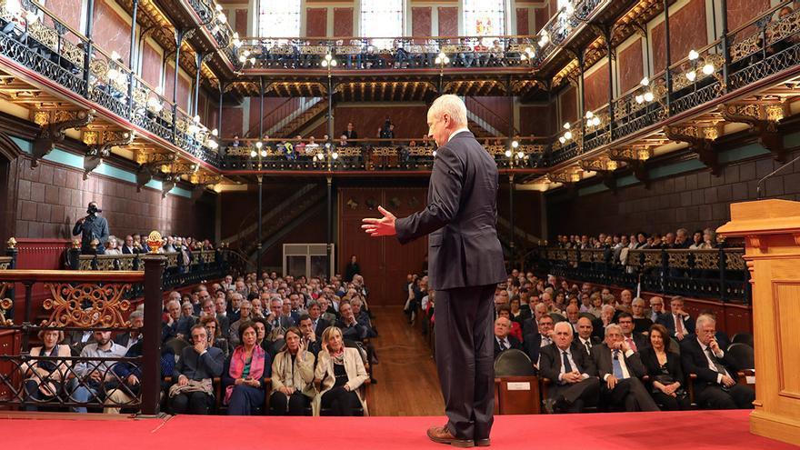 Michael Sandel durante su conferencia en la Universidad de Deusto, en Bilbao
