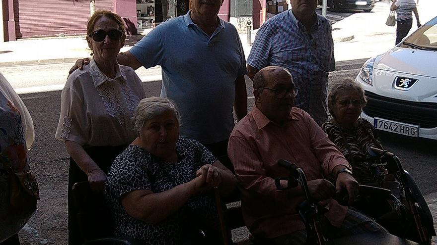 Vecinos de Benimaclet junto al banco que iba a ser retirado. /AA VV Benimaclet.