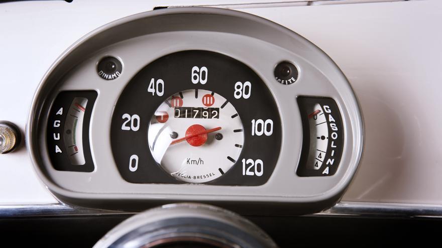 El cuadro de instrumentación del Seat 600.
