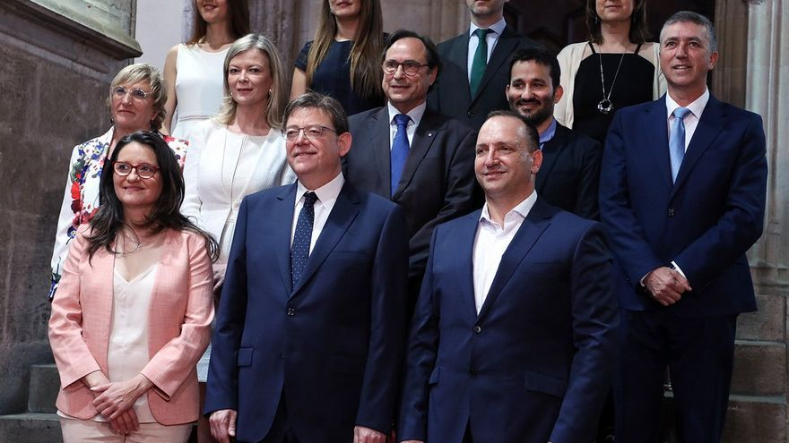 Ximo Puig posa junto a sus once consellers en las escaleras del Palau de la Generalitat