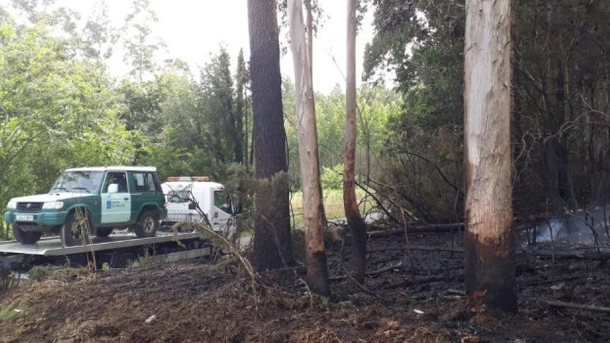 Vehículo de los agentes medioambientales averiado en una zona afectada por un incendio