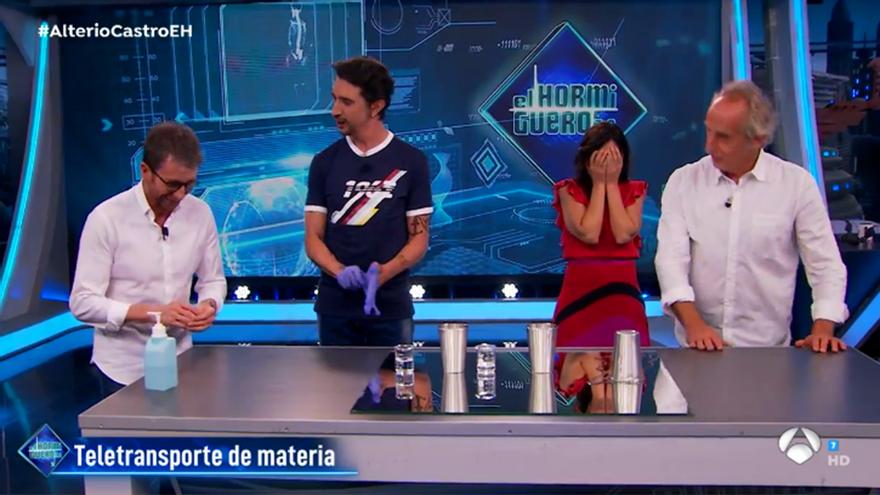 Gonzalo de Castro acaba por error con el truco científico de  'El Hormiguero'