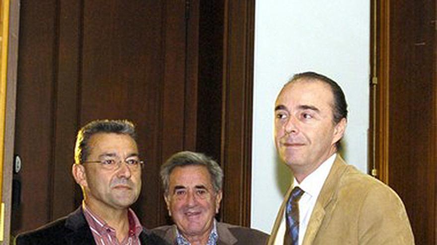 Paulino Rivero (d) junto a Manuel Hermoso (c) y Miguel Zerolo (d). (Cristobal García/Efe).