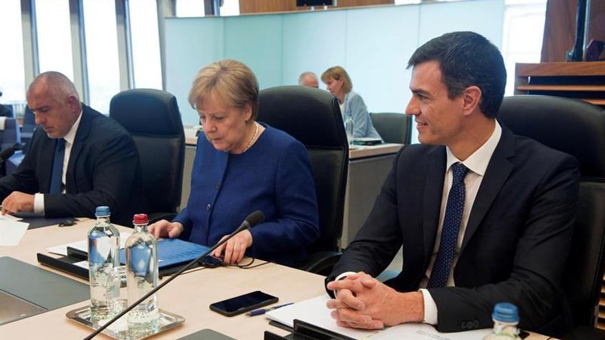 Sánchez y Merkel se saludan y mantienen un primer contacto en Bruselas