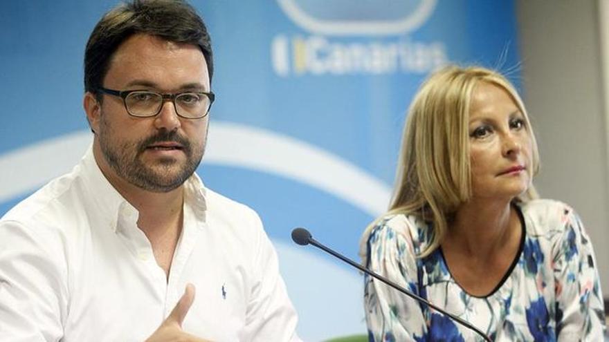 Asier Antona y María Australia Navarro durante un encuentro con los medios convocado en la sede del partido en Gran Canaria. EFE/Cristóbal García