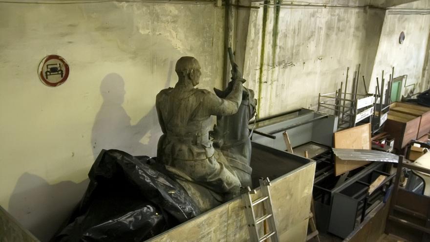 La estatuta de Franco permanece en los almacenes municipales de Santander. | JOAQUÍN GÓMEZ SASTRE