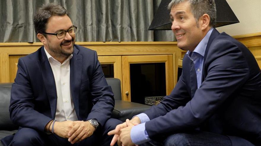 El presidente en funciones de Canarias, Fernando Clavijo (d), y el presidente del PP autonómico, Asier Antona.