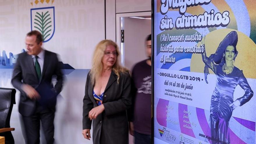 La presidenta del colectivo LGTB Gamá, Montserrat González, y el alcalde en funciones de Las Palmas de Gran Canaria, Augusto Hidalgo, presentan los actos del Día del Orgullo LGTB