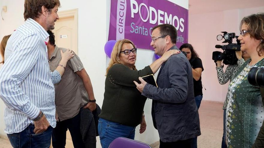 El coordinador de Izquierda Unida en Canarias, Ramón Trujillo (d), saluda a la secretaria general de Podemos en Canarias, Meri Pita (3d), momentos antes de la reunión que han mantenido las dos formaciones políticas. EFE/Ramón de la Rocha