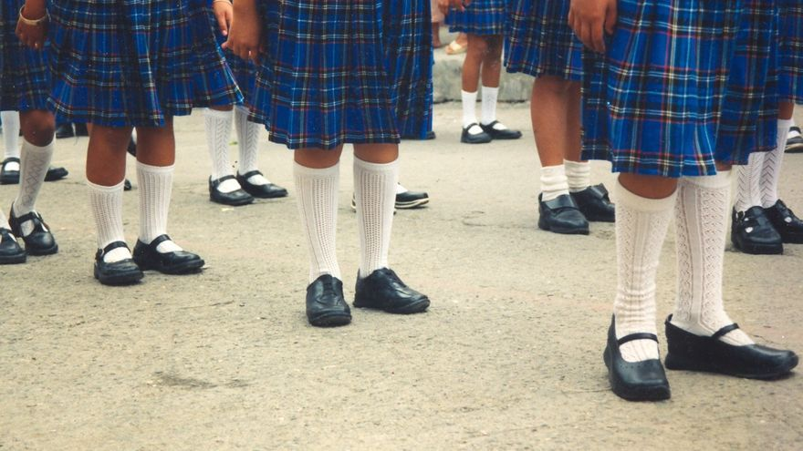 Detalle de uniformes escolares de falda. / Tabea Huth - Wikimedia Commons