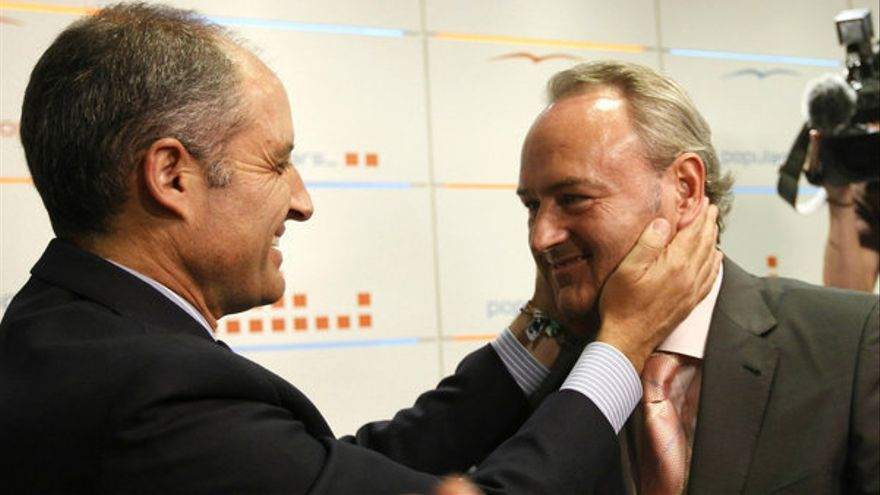 Francisco Camps felicita a Alberto Fabra por su elección como líder del PP valenciano.