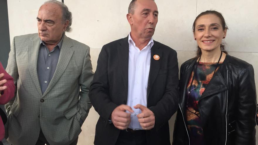 Josep Lluís Albinyana, Joan Baldoví y Rosana Pastor, junto a la Ciudad de la Justicia de Valencia.