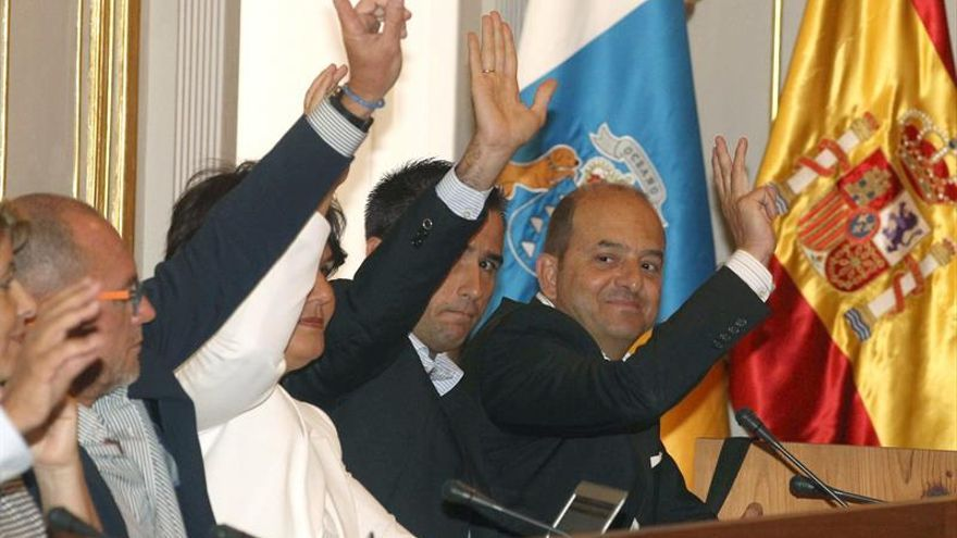 Los concejales del PP en el Ayuntamiento de Las Palmas durante una de las votaciones en un pleno del Ayuntamiento de Las Palmas de Gran Canaria. (EFE/Elvira Urquijo A).