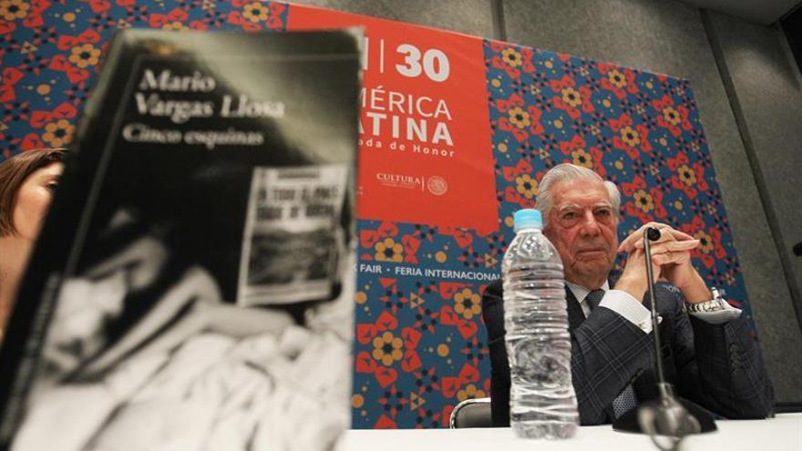 Vargas Llosa alerta que el chisme y el control estatal amenazan el periodismo