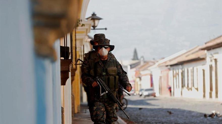 Guatemala ordena toque de queda desde el domingo para contener al COVID-19