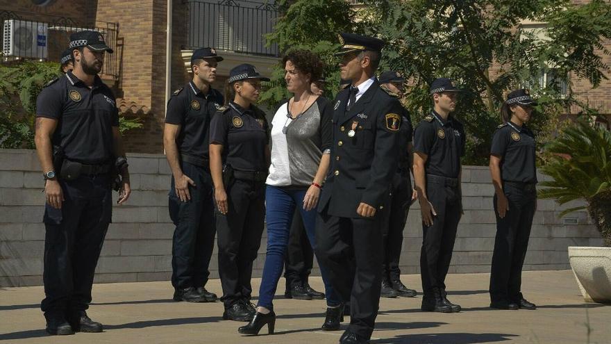 La alcaldesa de Almenara y denunciante ante fiscalía, Estíbaliz Pérez, pasa revista a la Policía Local.