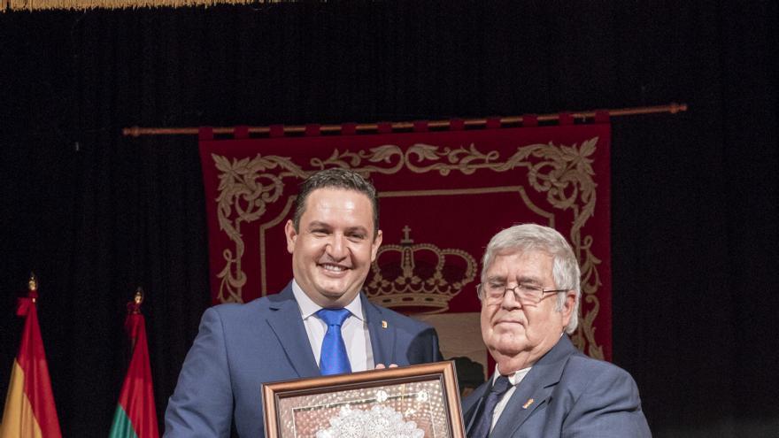José Julián Mena, alcalde, junto al pregonero este viernes, el maestro Esteban Francisco Hernández