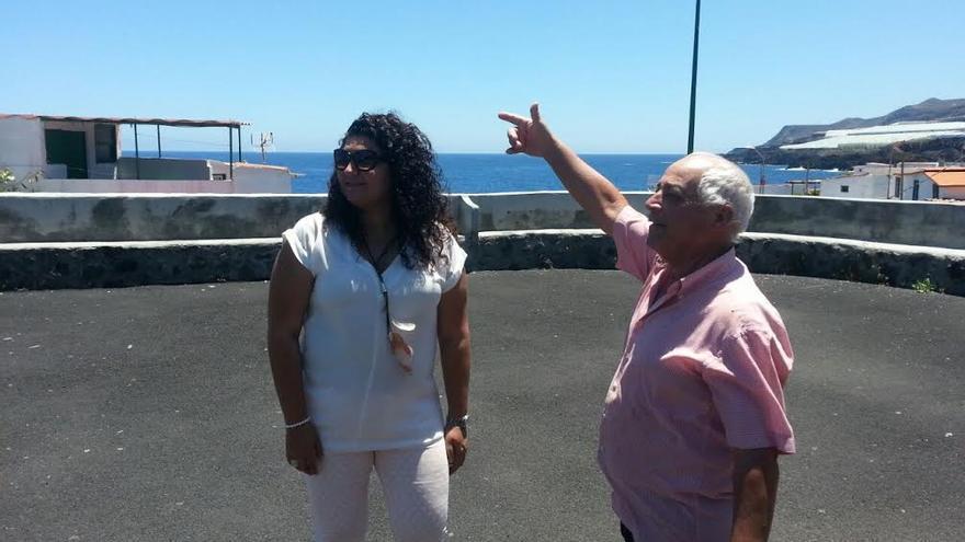 Damaris Ferraz en una visita a La Bajita con uno de los miembros de la Asociación de Vecinos.