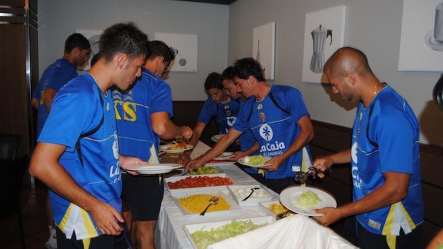 Los jugadores se sirven en el buffet