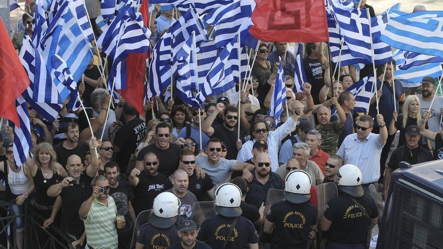 Seguidores de Amanecer Dorado frente al Tribunal de Apelaciones de Atenas en julio durante una comparecencia de su líder, Nikos Mihaloliakos. Foto: Simela Pantzartzi/EFE