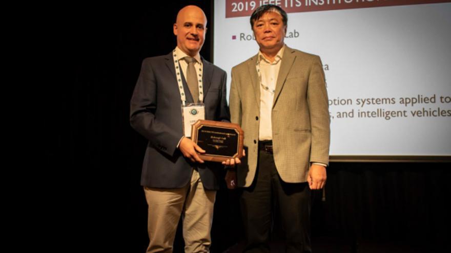 Luis Bergasa recibió el premio para Robesafe