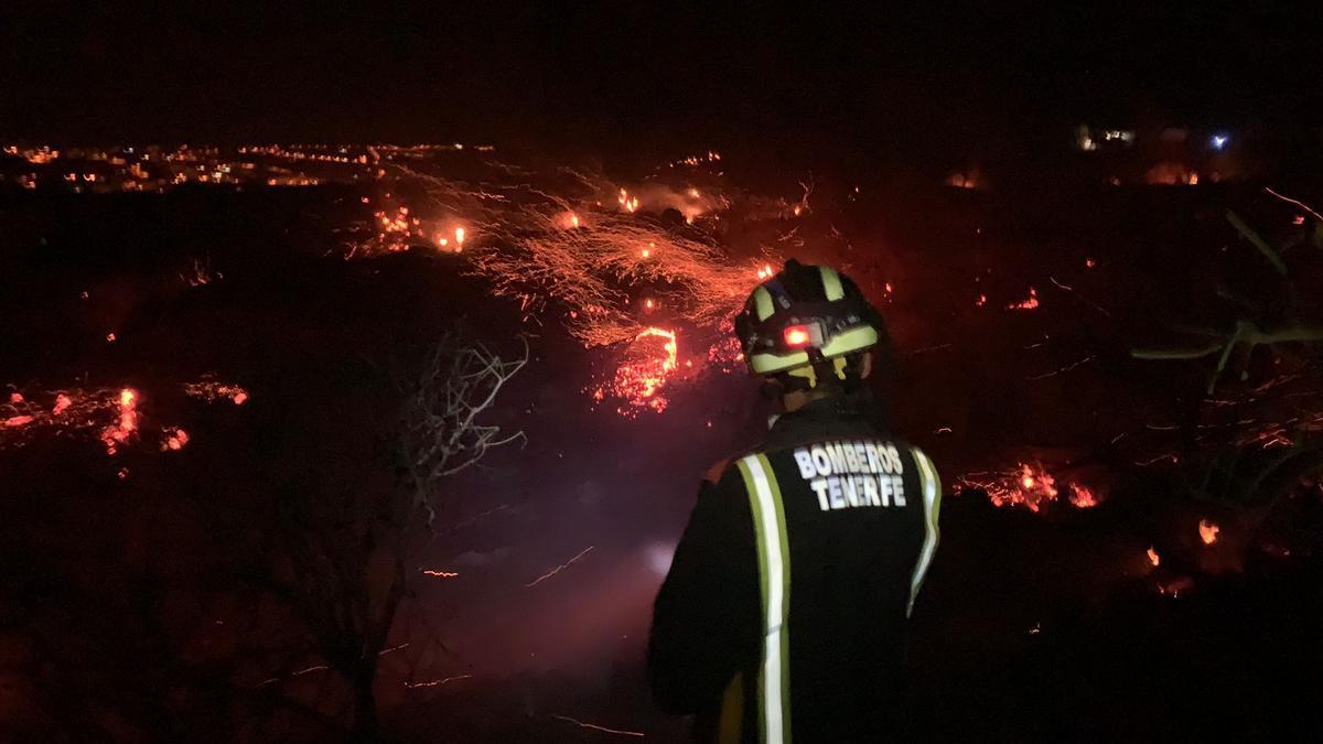 Un bombero en las tareas de extinción durante la noche.