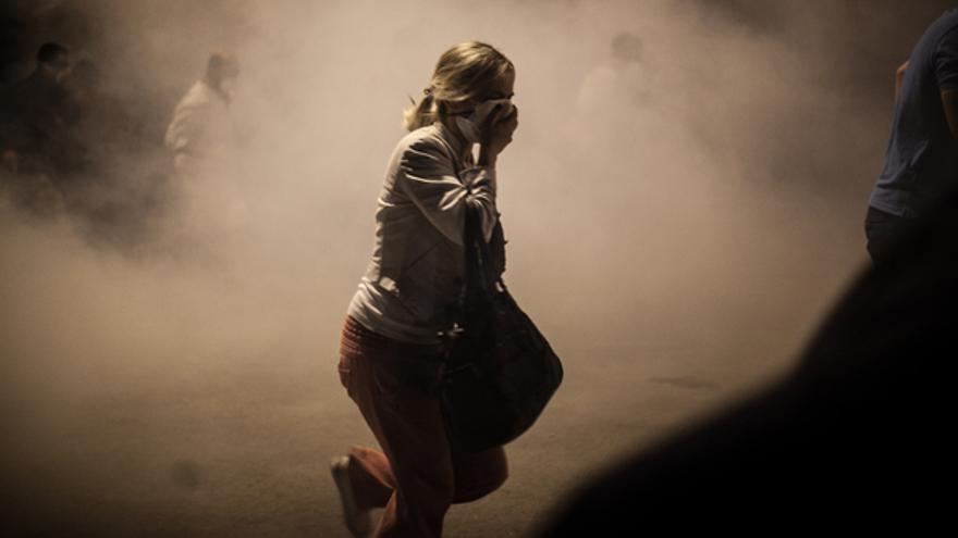 Una mujer huye de la represión policial y se tapa la cara contra los gases utilizados por la policía, Estambul, junio de 2013 Copyright: NarPhotos