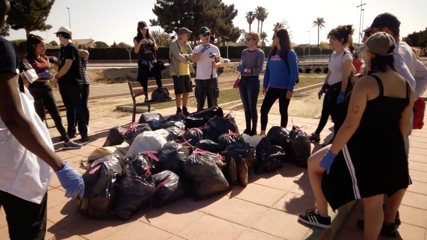 Imagen del grupo de voluntarios que participó hoy en San Javier en una recogida de residuos.