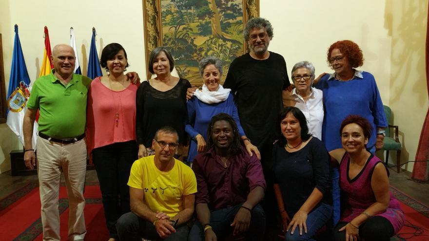 Gustavo Castro, este viernes, con activistas de Amnistía Internacional. Foto: LUZ RODRÍGUEZ