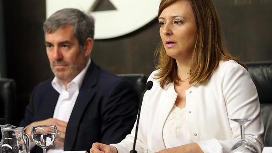 El presidente de Canarias, Fernando Clavijo, y la consejera de Politica Territorial, Nieves Lady Barreto, en la presentación del borrador de la estrategia para la reducción del uso del plástico en la comunidad autónoma.