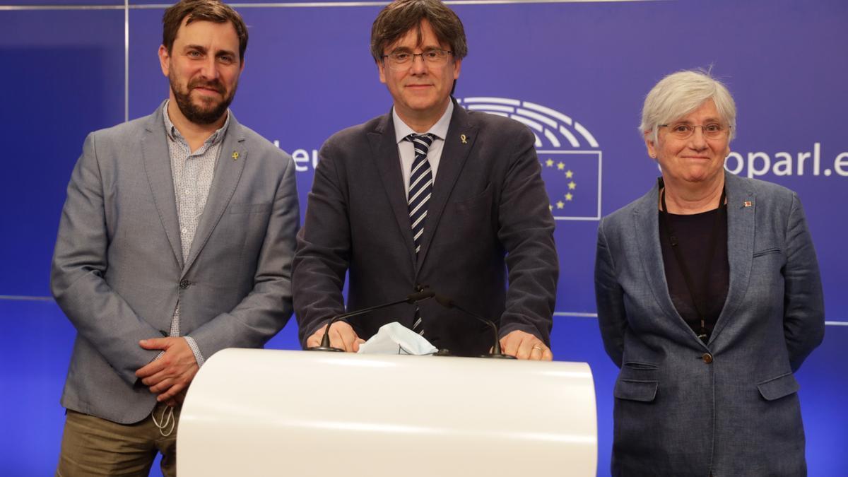 El expresident de la Generalitat Carles Puigdemont y los otros dos eurodiputados de JxCAT, Toni Comín (i), y Clara Ponsatí (d).