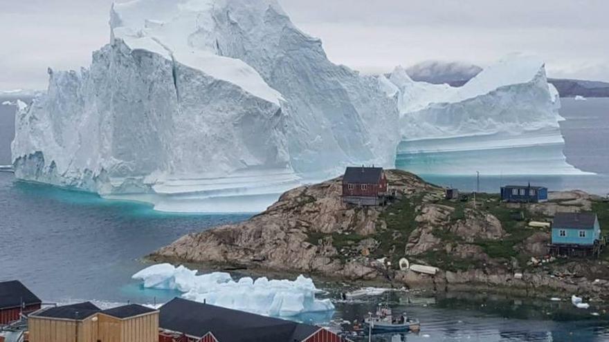 Vista general de un iceberg situado al lado de la aldea de Innaarsuit, en el municipio de Avannaata, Groenlandia.