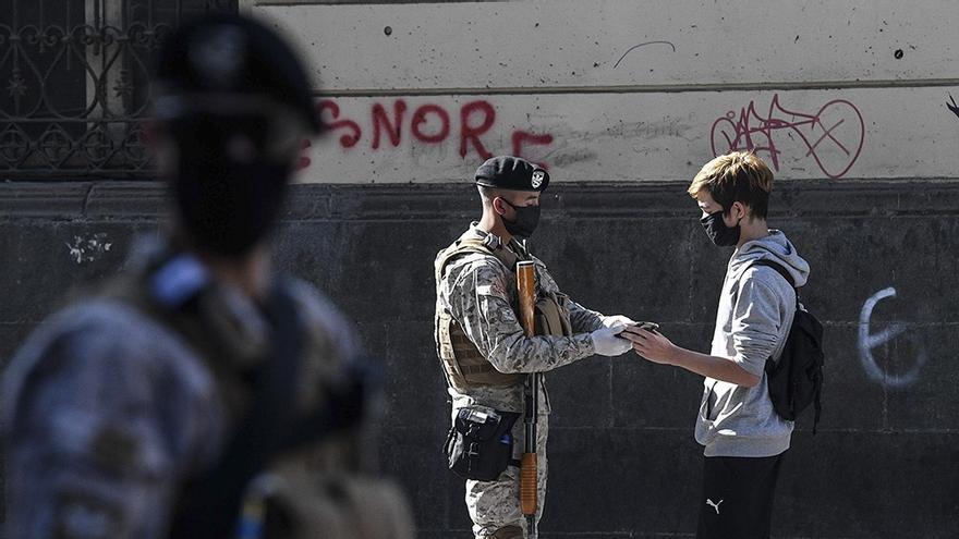 Un militar revisa la documentación de un joven en el centro de Santiago de Chile