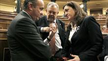 El ministro Luis de Guindos, Pedro María Azpiazu y Soraya Rodríguez (PSOE) en el Congreso.